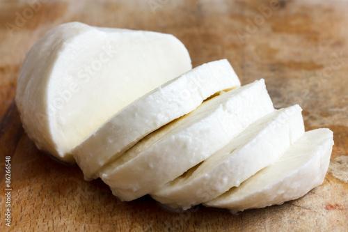 Fotografie, Obraz  Single koule sýru mozzarella plátky a izolovaná na rustice