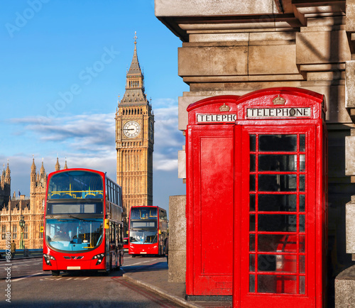 Türaufkleber London roten bus London with red buses against Big Ben in England, UK