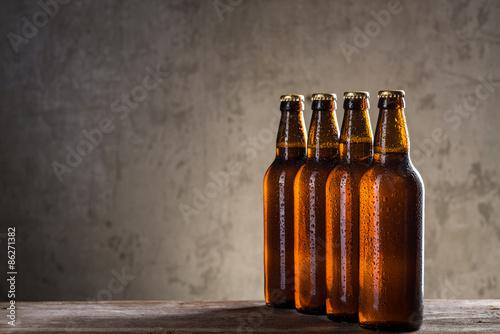 swiezo-warzone-butelki-piwa-z-rzedu-nad-szaroscia
