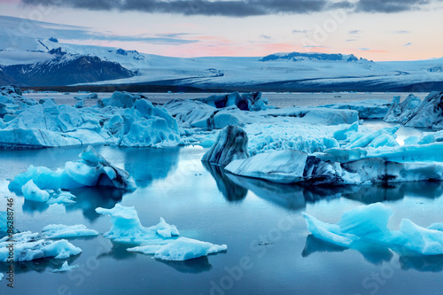 Photo sur Toile Glaciers The Jokulsarlon glacier lagoon in Iceland during a bright summer night