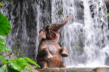 Fototapeta na wymiar Elephant is bathing at the waterfall