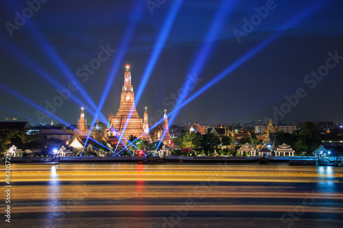 Staande foto Las Vegas Wat Arun and laser beam show under new year celebration at Bangkok, Thailand