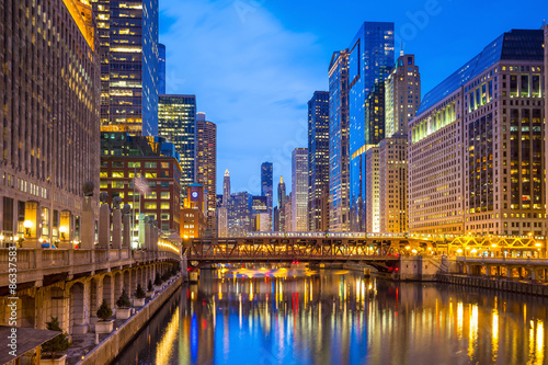 In de dag Kanaal Chicago downtown and Chicago River