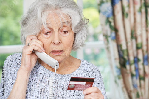 Fotografía  Senior Woman Giving Credit Card Details On The Phone
