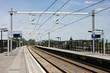 fast menschenleerer Bahnhof an einem sonnigen Tag