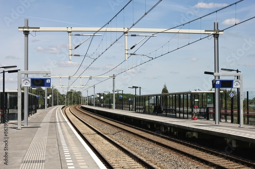 Fotobehang Treinstation fast menschenleerer Bahnhof an einem sonnigen Tag
