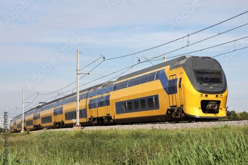 Cuadros en Lienzo Zug auf einem Bahndamm