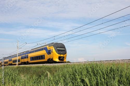 Fotografía Zug auf einem Bahndamm