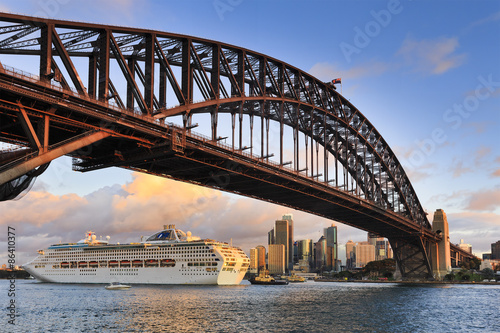 Deurstickers Australië Sydney CBD Sun Princess Under bridge