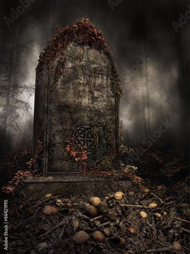 Cuadros en Lienzo Stary nagrobek z jesiennym bluszczem na stosie czaszek i kości