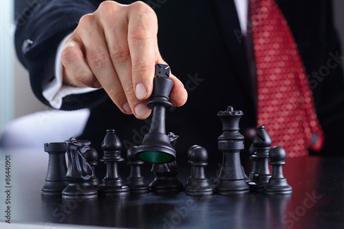 Poster Rouge, noir, blanc businessman playing chess game