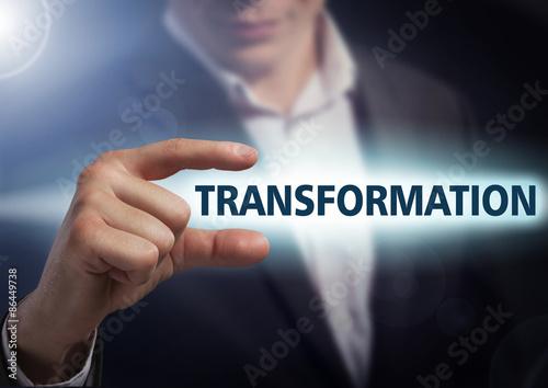 Fotografía  Hombre de negocios presiona el botón de transformación en las pantallas virtuales