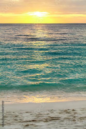 tropikalny-zmierzchu-sposob-na-glebokim-blekitnym-oceanie-filipiny-boracay-wyspie