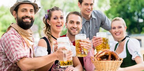 Fotografia Freunde im Biergarten in Bayer trinken im Sommer