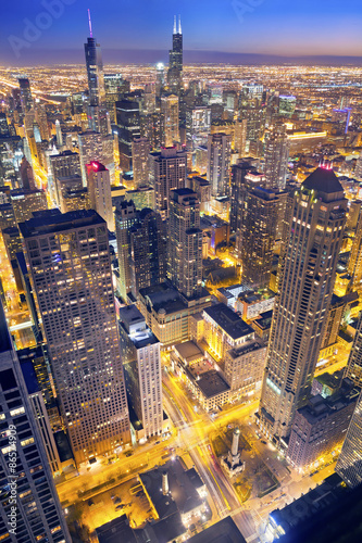 Poster Chicago Chicago. Aerial view of Chicago downtown at twilight from high above.