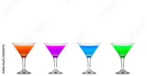 cztery-szklanki-martini-z-kolorowymi-koktajlami-hurra