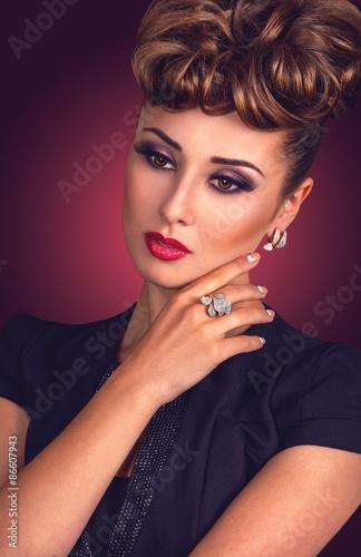 luksusowy-portret-pieknej-kobiety-z-wieczorem-makijaz-fryzure-w-stylu-vintage-i-bizuterie-diamentowa