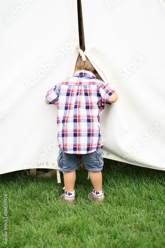 Photo  enfant curieux