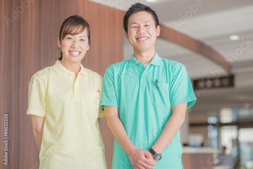 Fotografía  笑顔の男性介護士と女性介護士