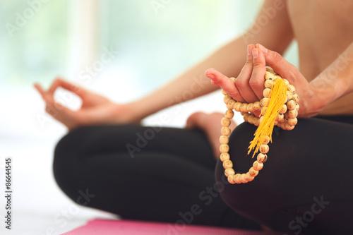 Fotografía  Mujer joven meditando en posición de loto.