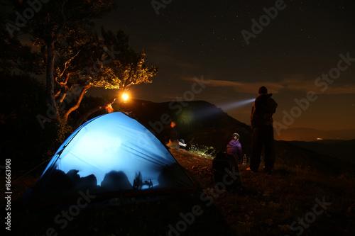 campeggio e tenda sotto le stelle