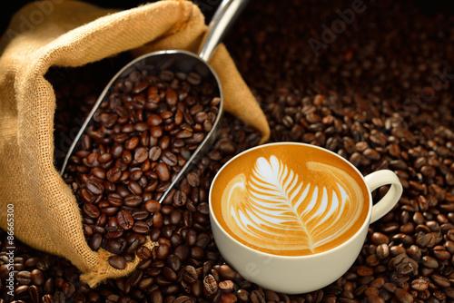 filizanki-kawy-latte-i-kawowe-fasole-na-drewnianym-stole