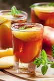 Herbata mrożona z brzoskwinią i miętą