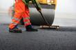 canvas print picture - Baustelle: Straßenwalze und Bauarbeiter mit Besen bei der Asphaltfertigung