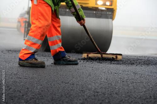 Fotografía Baustelle: Straßenwalze und mit Besen Bauarbeiter bei der Asphaltfertigung