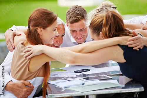 Fotografie, Obraz  Geschäftsleute bei Umarmung für den Teamgeist