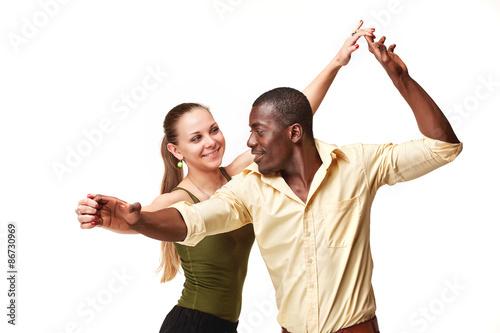 Fotografía  Pareja joven baila la salsa, foto de estudio Caribe