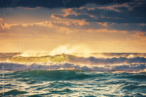 Stickers pour porte Eau Sunrise and shining waves in ocean