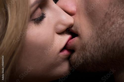 Valokuvatapetti Close-up of kissing