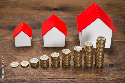 Fotografia  Different Size Houses With Coins