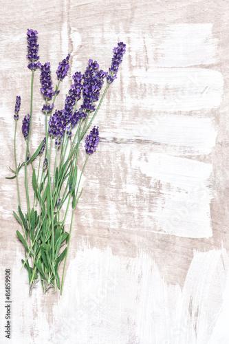 kwiaty-lawendy-na-jasnym-drewnianym-tle