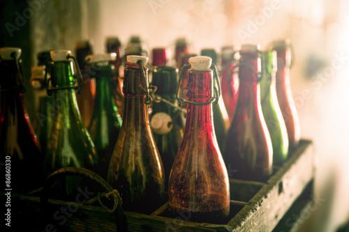 Valokuva  Alte leere Bierflaschen in einer Holzkiste