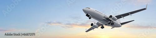 panoramiczne-zdiecie-samolotu-pasazerskiego-na-tle-bezchmurnego-nieba
