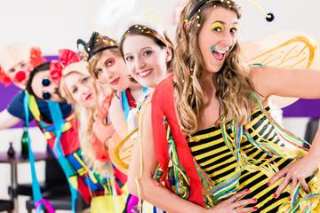 Leute auf Party an Silvester oder Karneval