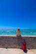 沖縄旅行をする女性