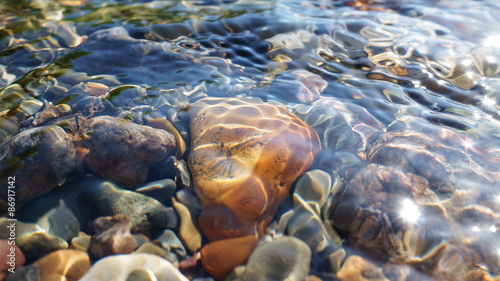 Fotografía Crystal clear water of small brook in Altai steppe in Chagan-Ouzun place