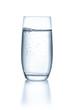 canvas print picture - Glas mit Wasser vor einem weißen Hintergrund
