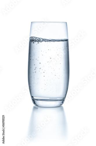 Fényképezés  Glas mit Wasser vor einem weißen Hintergrund