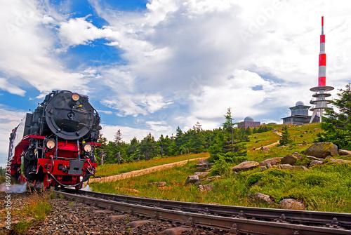 Foto op Plexiglas Spoorlijn Der Brocken im Harz mit Brockenbahn und Gipfel