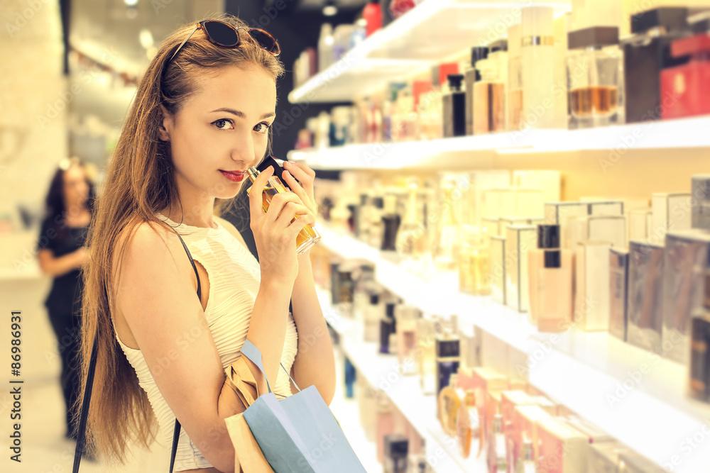 Fototapety, obrazy: Girl choosing a perfume