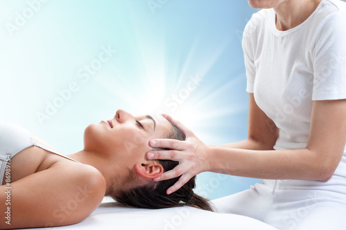 Photo  Conceptual osteopathic healing with light glow.