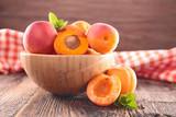 Miska z brzoskwiniami