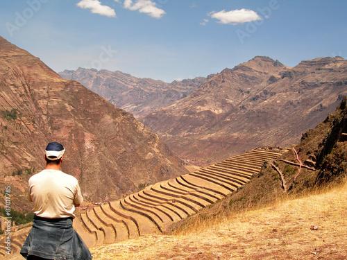 Carta da parati Man tourist looking at Pisac Inca Site Incan Ruins Peru Sacred Valley