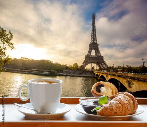 kawa-z-rogalikiem-w-paryzu-francja
