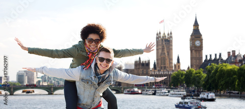 In de dag Londen happy teenage couple having fun over london city