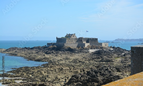 Canvas Print st malo,le fort national a maree basse.